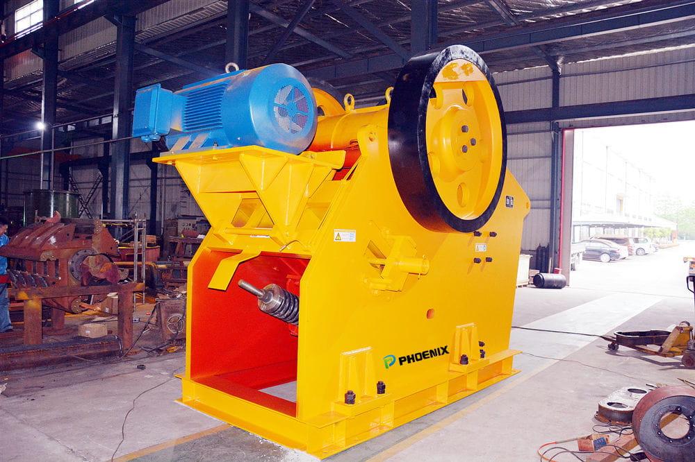对于颚式破碎机等大型生产设备由专人负责管理定期保养和维修